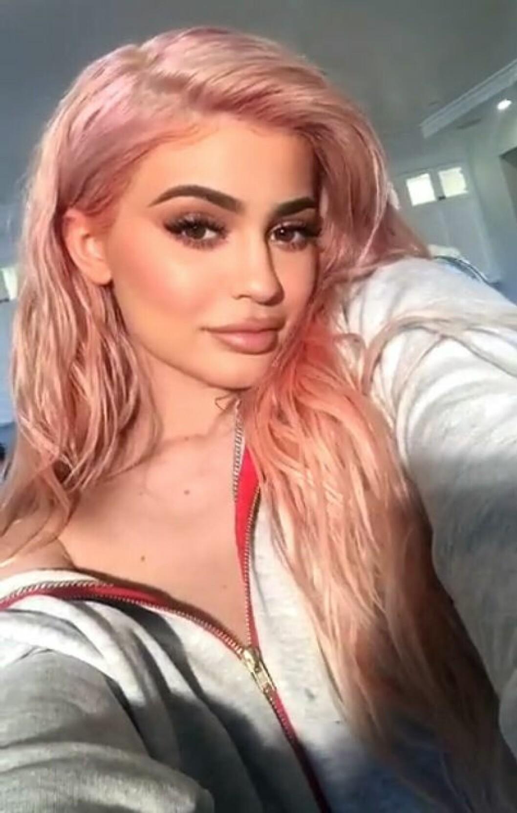 Kylie Jenner i rosa hår