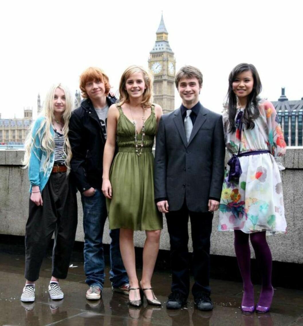 Evanna Lynch, Rupert Grint, Emma Watson, Daniel Radcliffe och Katie Leung från harry Potter posar tillsammans.