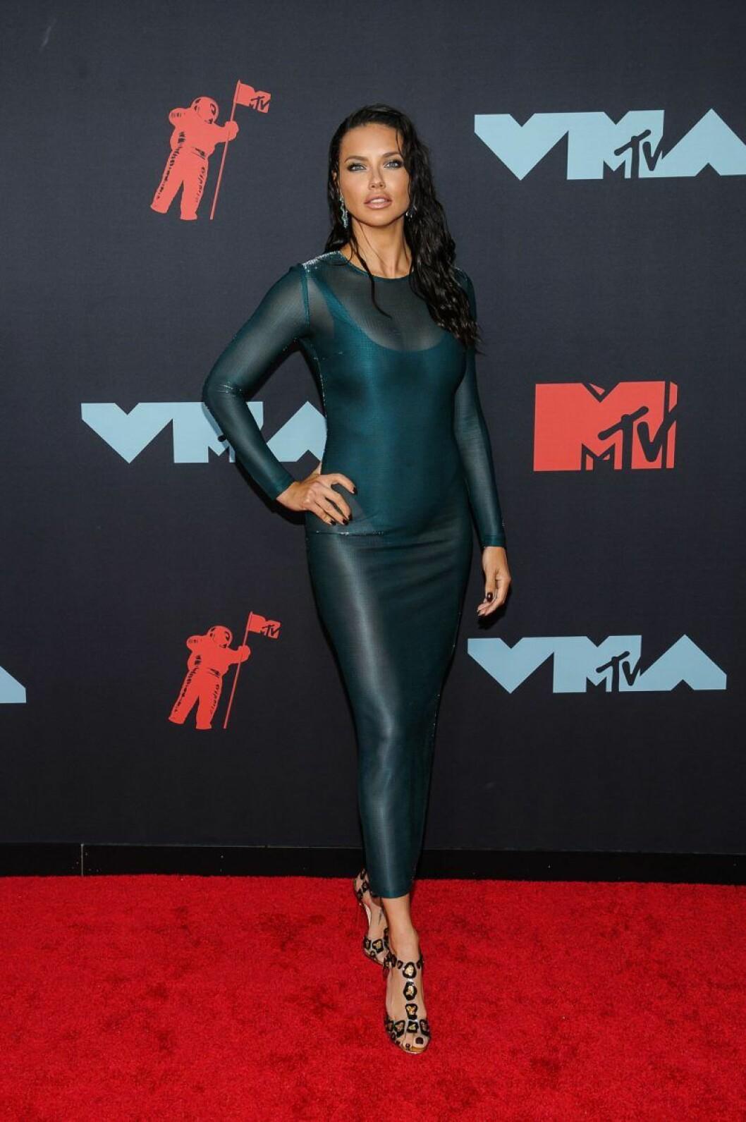 Adriana Lima på röda mattan VMA 2019