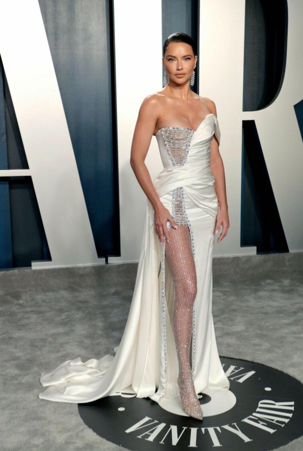 Adriana Lima i vit klänning med hög slits