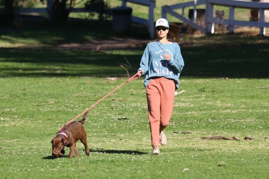 Alessandra Ambrosio med hund