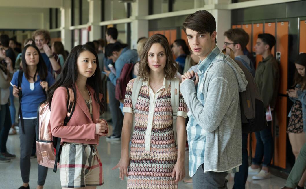 Alex tror han är kär i sin flickvän tills han träffar Elliot.