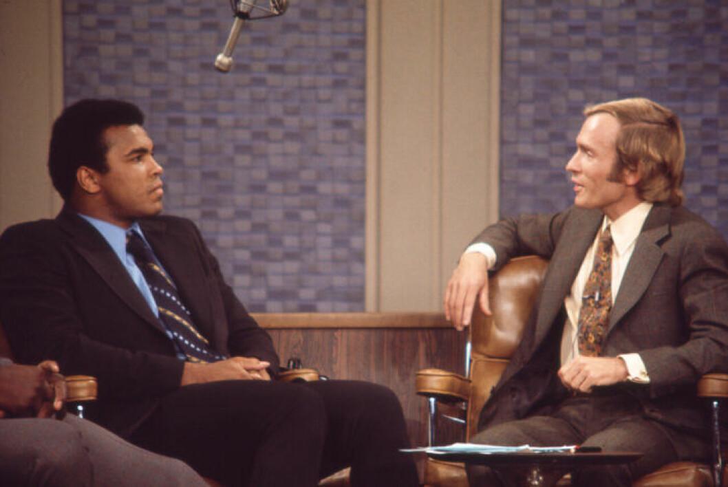 En bild på boxaren Muhammed Ali och programledaren Dick Cavett.