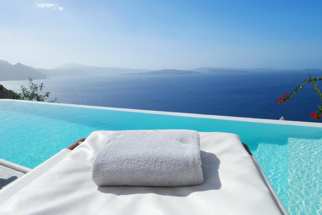 Pool med utsikt till havet