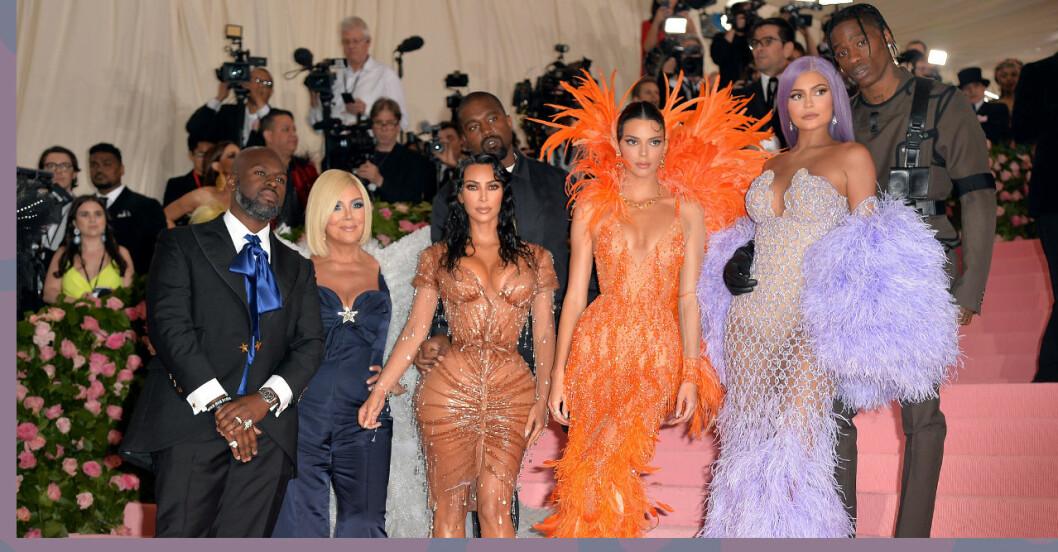 Familjen Kardashian, Jenner står på en trappa och är galaklädda och i bakgrunden syns massa fotografer