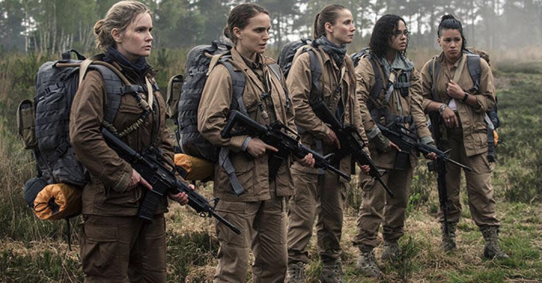 Natalie Portman som biologen Lena i Annihilation på Netflix, här med sin beväpnade militärgrupp.