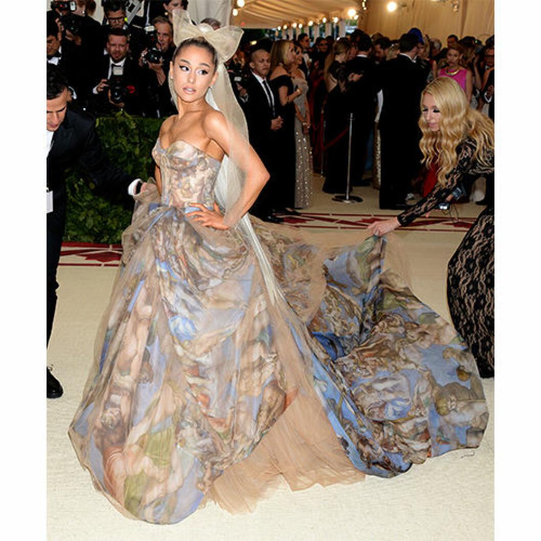 Inspireras av Ariana Grandes vackra klänning
