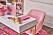 Rosa sammetsstol hemma hos Barbie