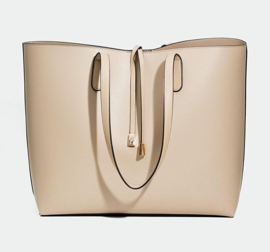 Beige väska som passar till skolan