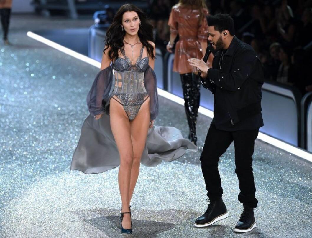 Bella Hadid går modevisning i underkläder och The Weeknd sjunger i en mikrofon