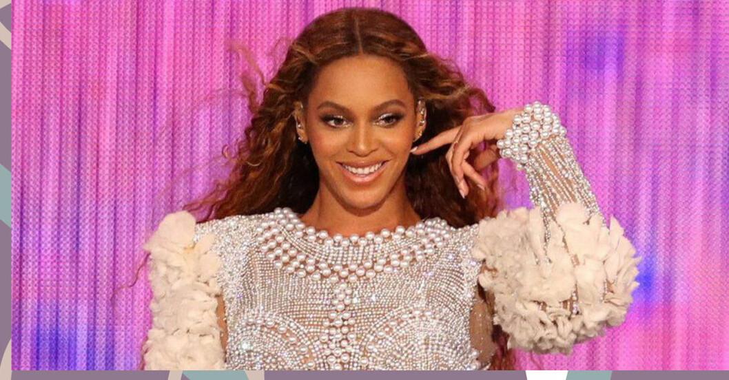 Beyoncé ler och har handen i håret