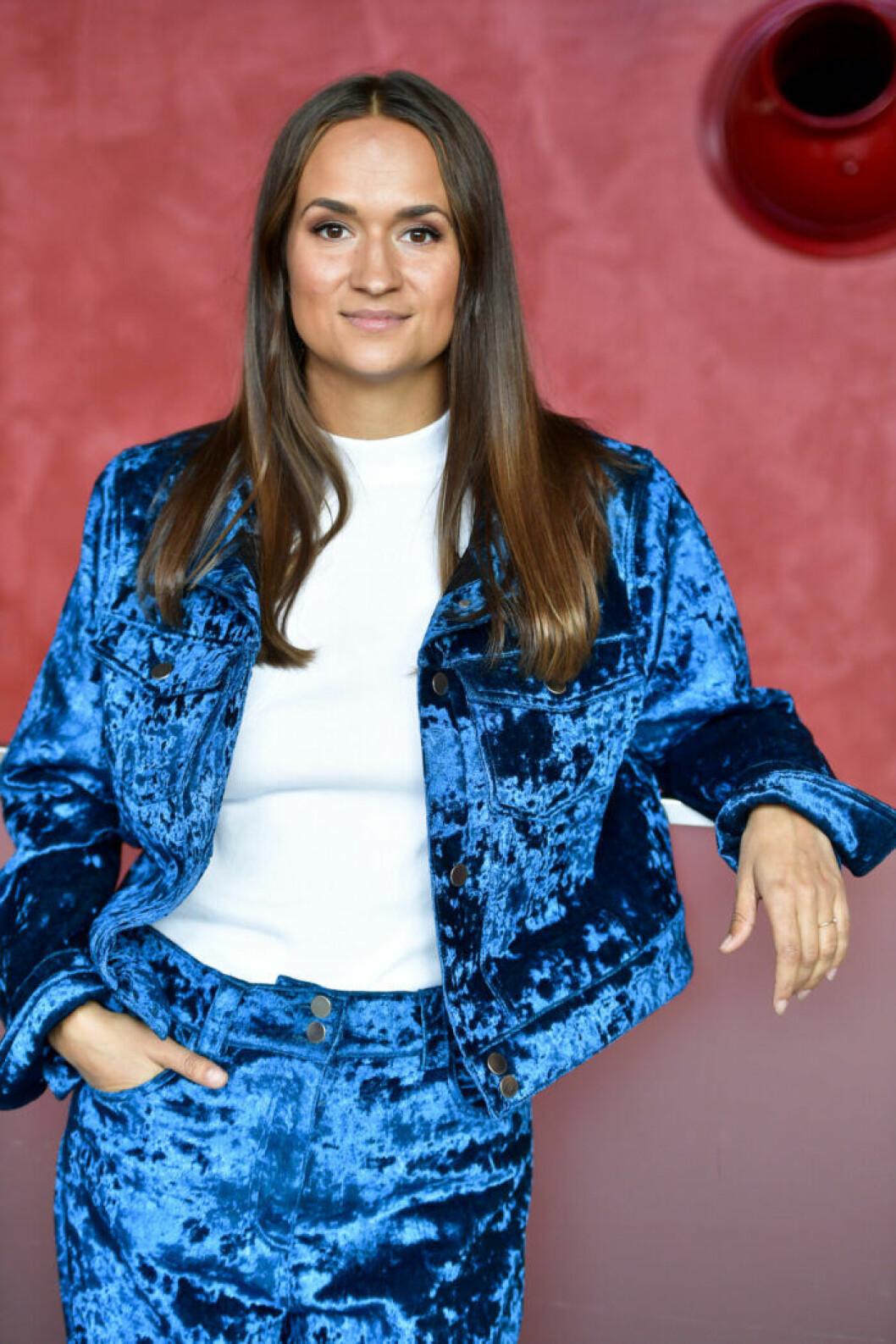Bianca Kronlöf i blå kostym