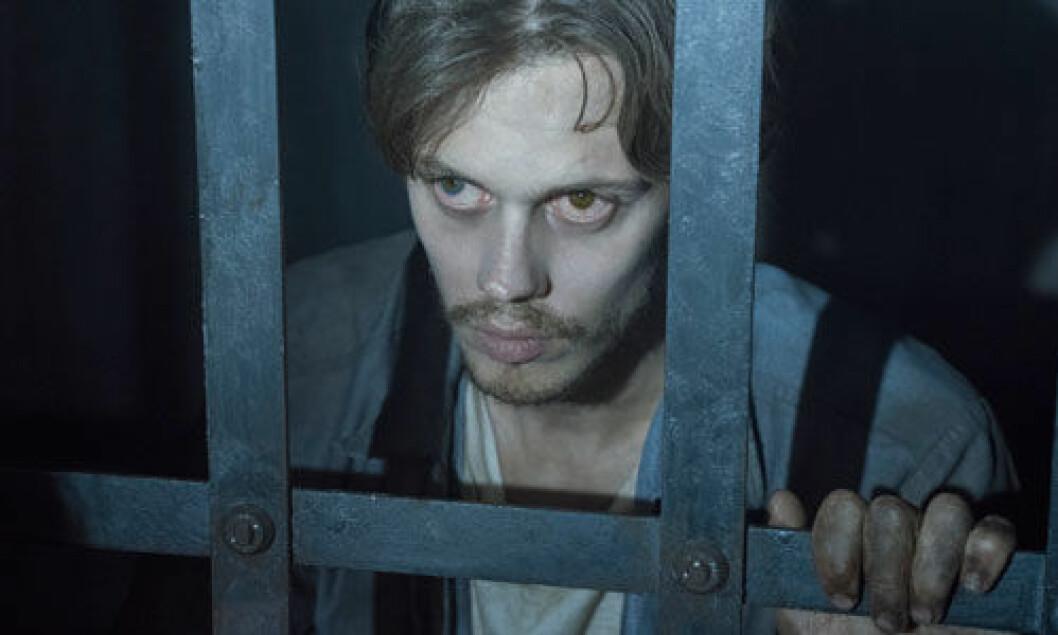 Bill Skarsgårds karaktär The Kid i Castle Rock befinner sig bakom galler i en fängelsecell.