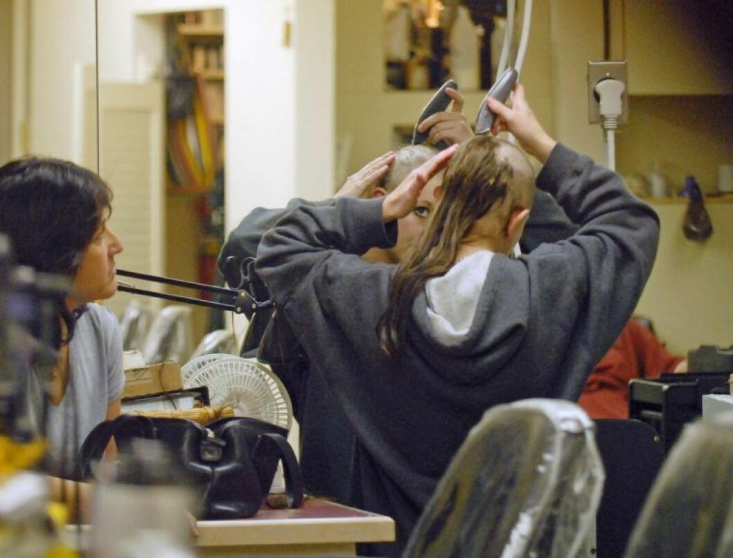 Britney Spears rakar av sig håret på en frisörsalong i februari 2007