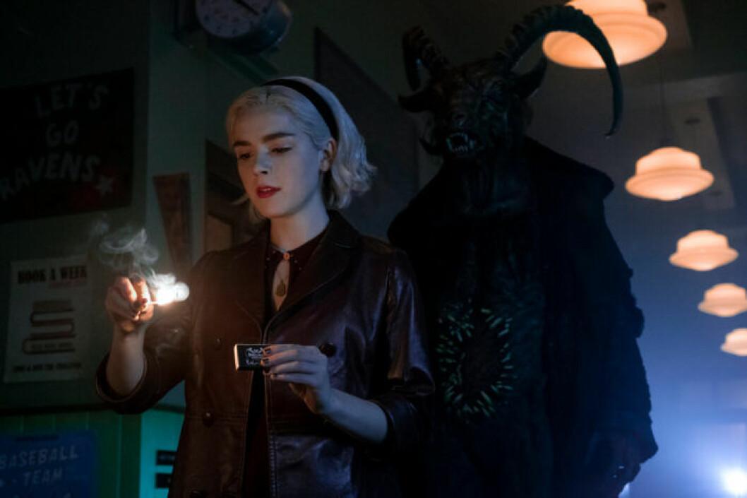 Sabrina Spellman möter mörkret i säsong 2 av Chilling Adventures of Sabrina.