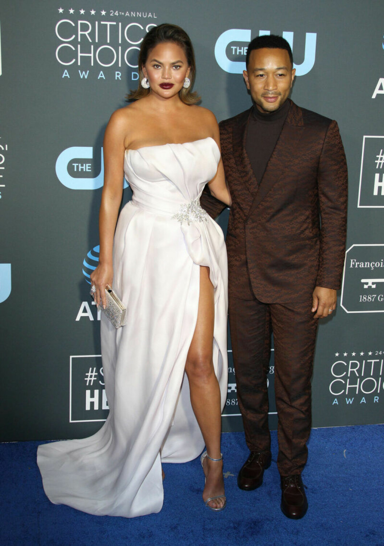 Chrissy Teigen och John Legend på röda mattan på Critics Choice Awards 2019
