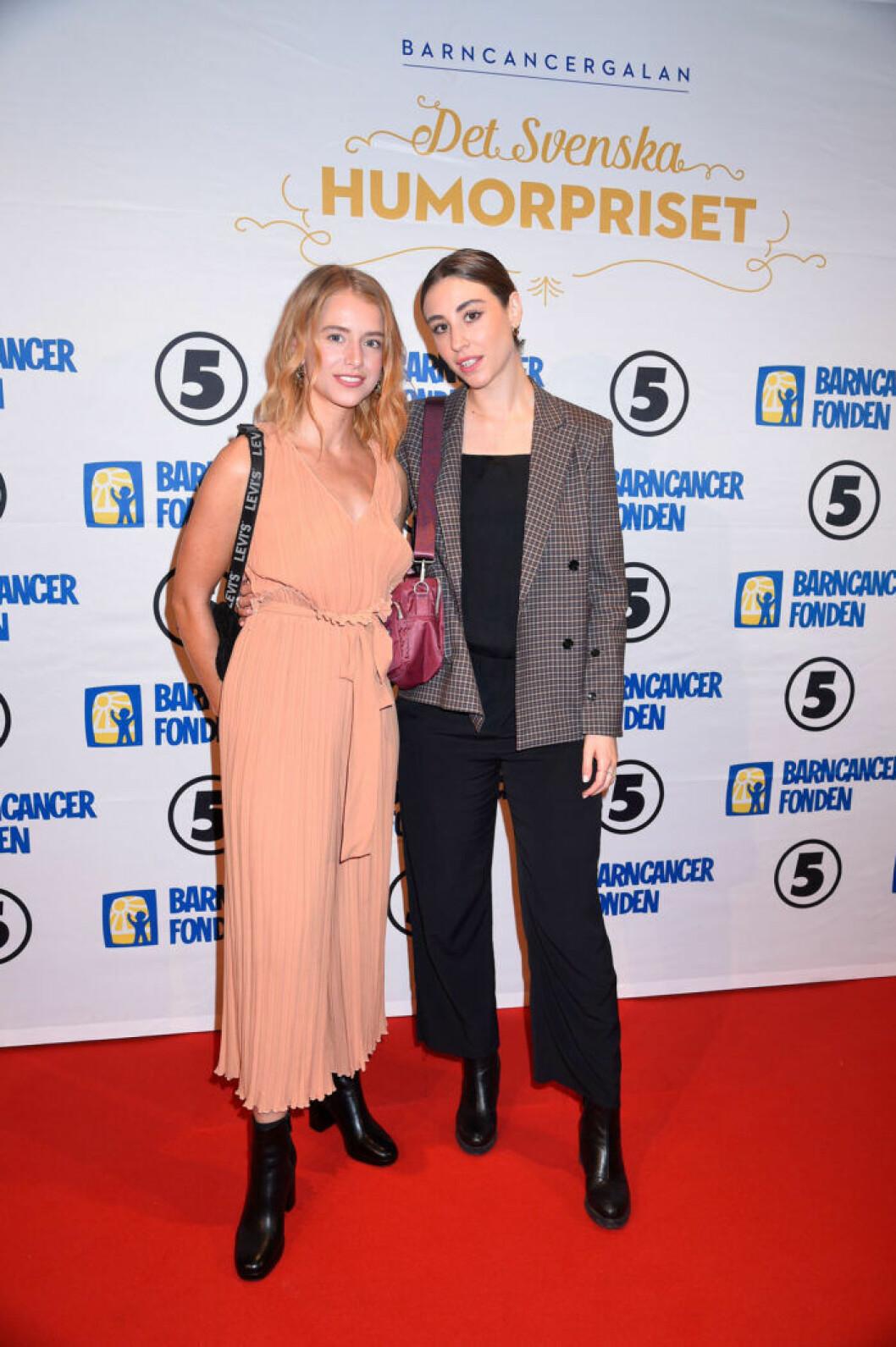 Clara Henry och Madeleine Martin på röda mattan på Barncancergalan 2019