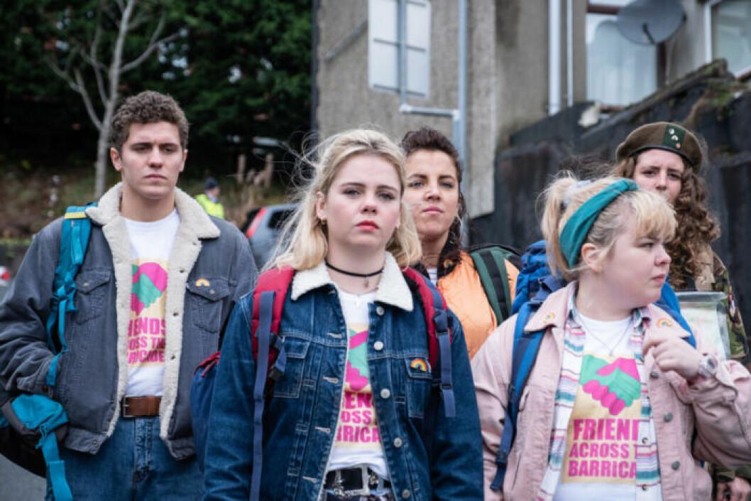 Fortsatta problem i skolan för tjejerna i serien Derry Girls.