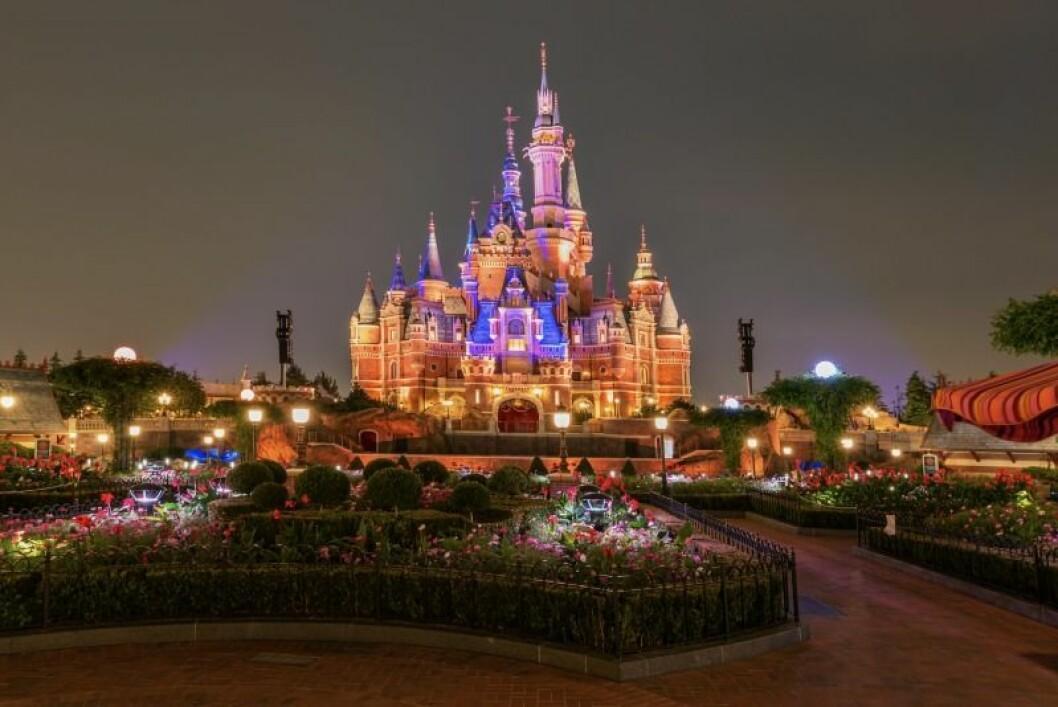 ett slott som är upplyst i mörkret