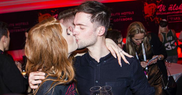 Dotter kysser pojkvännen Dino Medanhodiz.