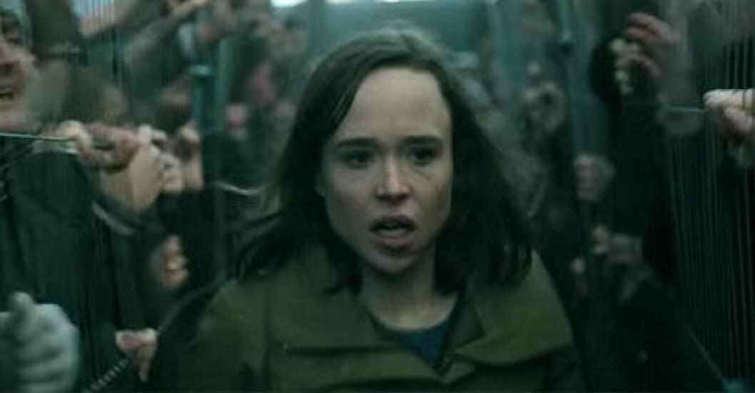 Abbie i zombiefilmen The Cured springer förbi infekterade människor som hålls fångna bakom galler.