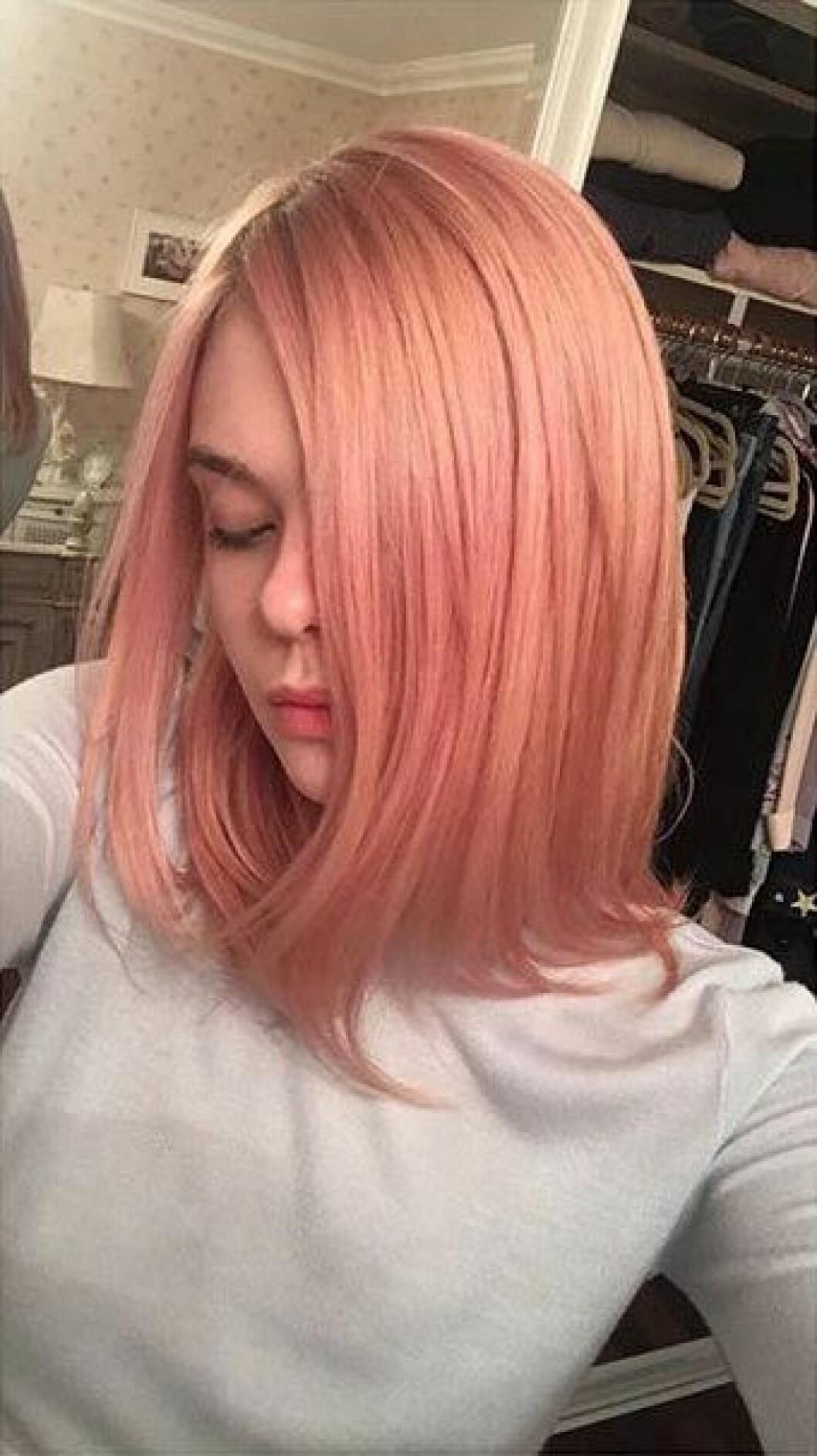 Elle Fanning i rosa hår