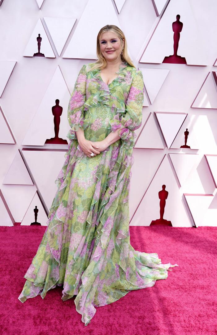 Emerald Fennell på röda mattan på Oscarsgalan 2021