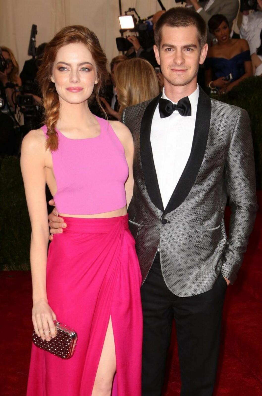 Andrew Garfield håller om Emma Stone på röda mattan