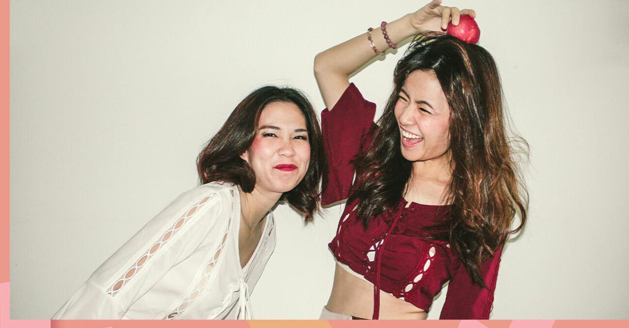 Två tjejer som skrattar tillsammans.