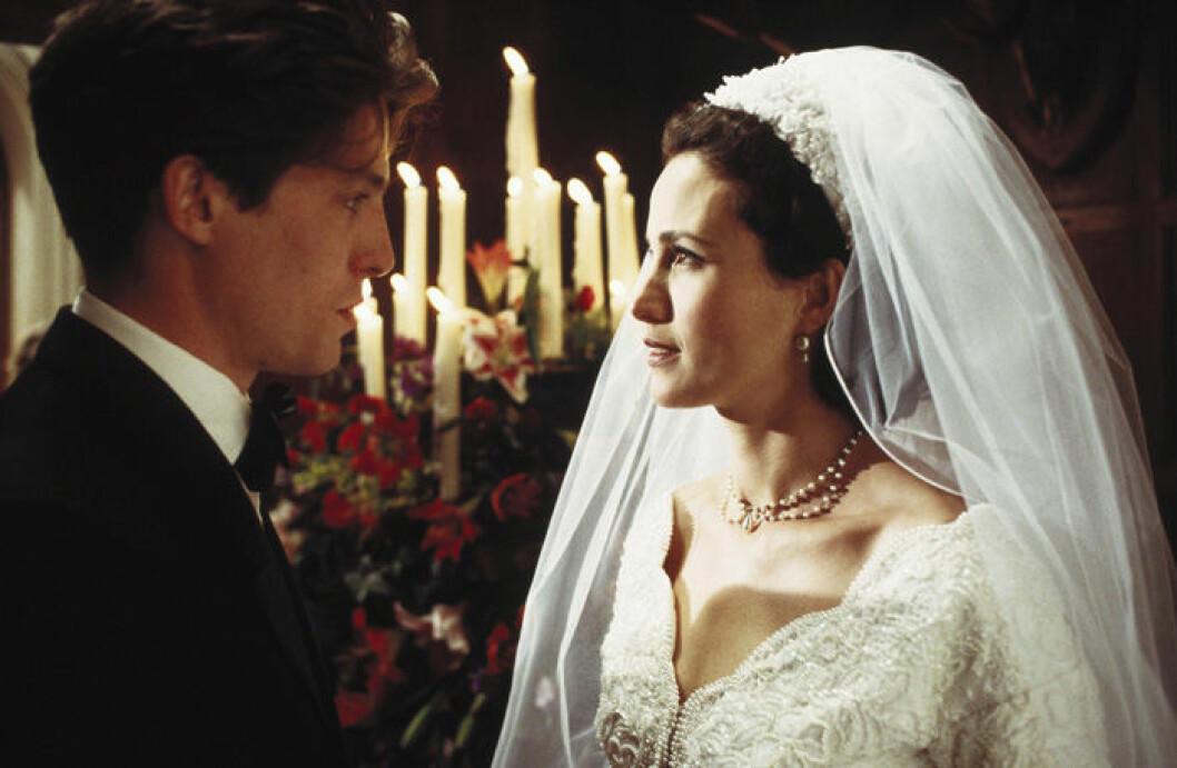 En bild på skådespelarna Hugh Grant och Andie MacDowell i filmen Fyra bröllop och en begravning.