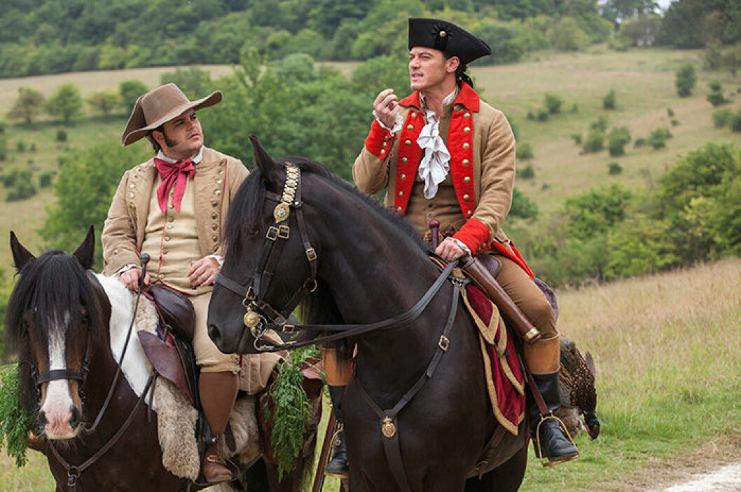 En bild på Luke Evans och Josh Gad som spelar karaktärerna Gaston och LeFou i Skönheten och odjuret.