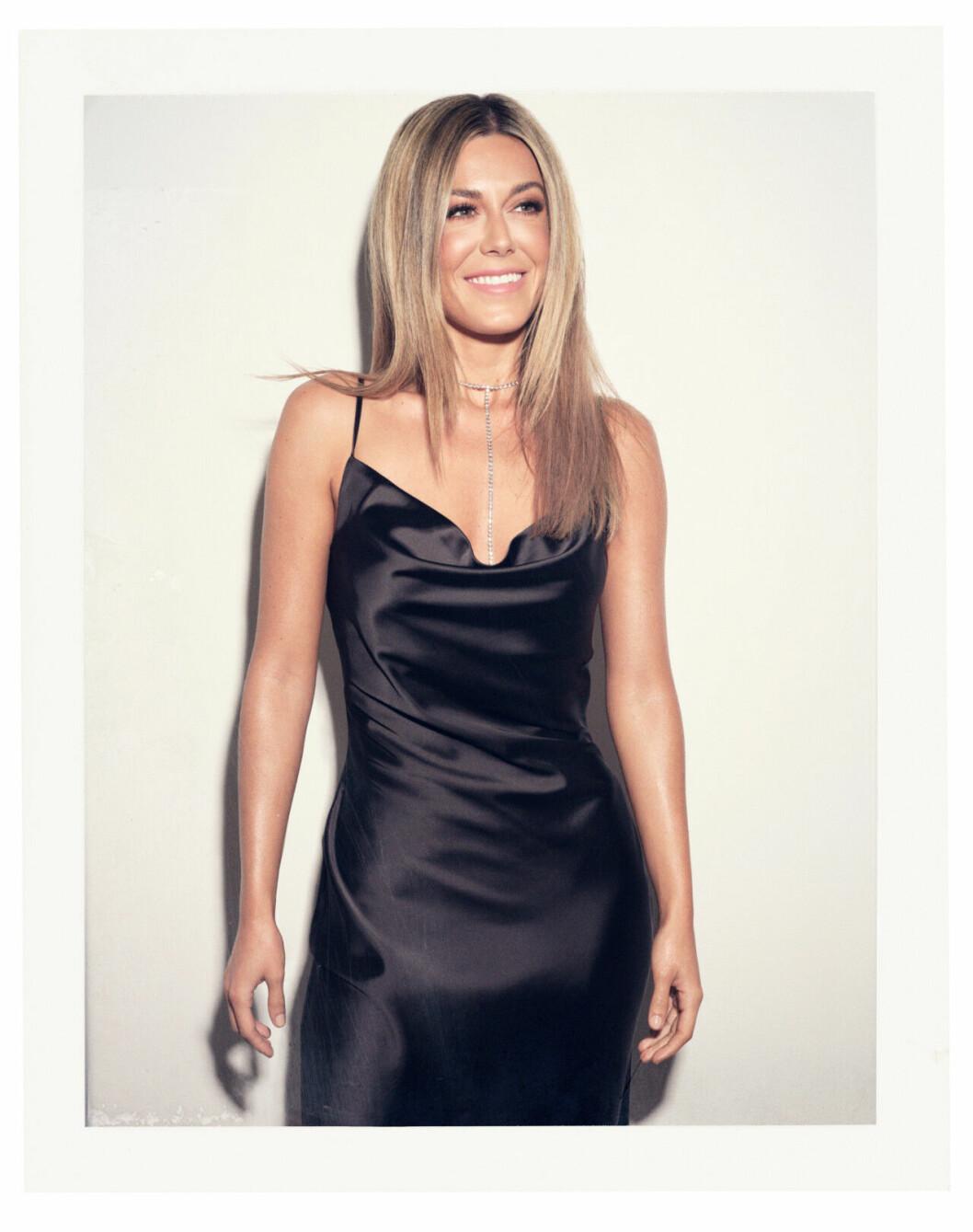 Bianca Ingrosso frontar festkollektion för Gina tricot – svart slipklänning