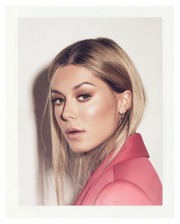 Bianca Ingrosso frontar festkollektion för Gina tricot – rosa kavaj
