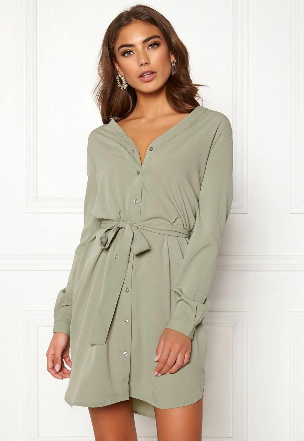 Grön klänning med lång arm till skolavslutningen 2019
