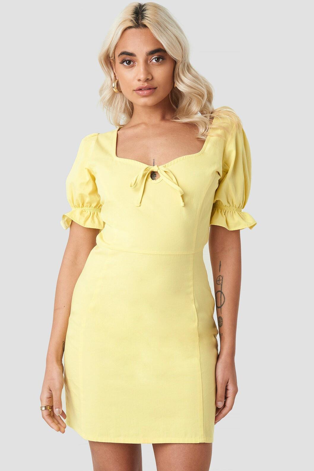 Gul klänning med puffärm till skolavslutningen 2019