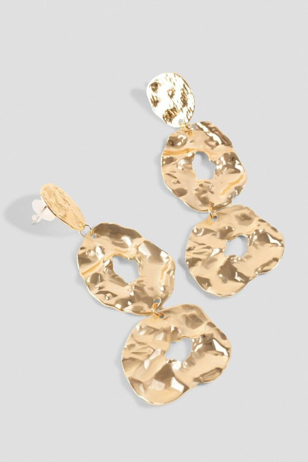 Guldiga stora örhängen