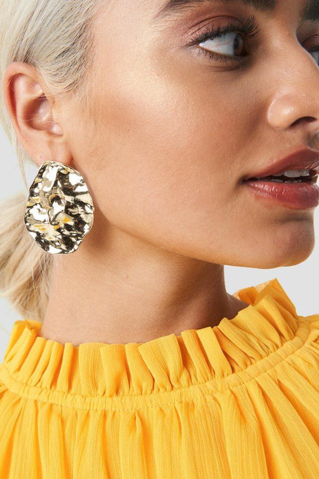 Stora guldiga örhängen