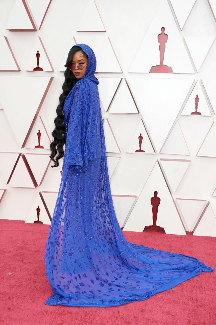 H.E.R. på röda mattan på Oscarsgalan 2021