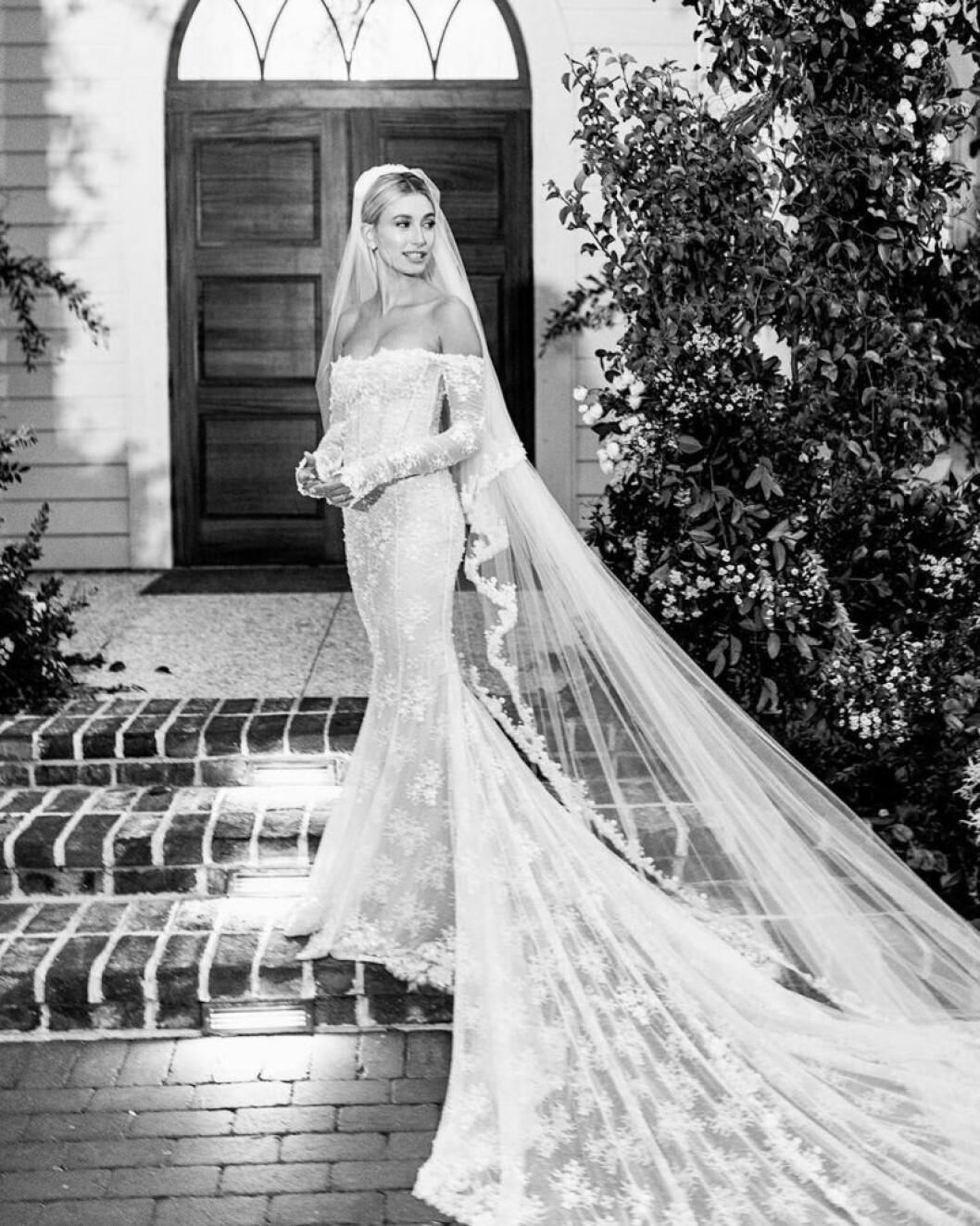 Hailey Bieber visar upp bröllopsklänningen från Off-White