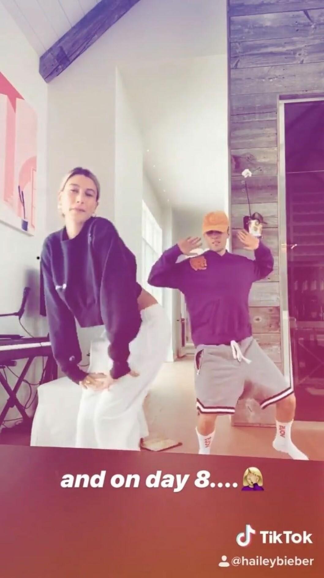Hailey Bieber och Justin Bieber dansar
