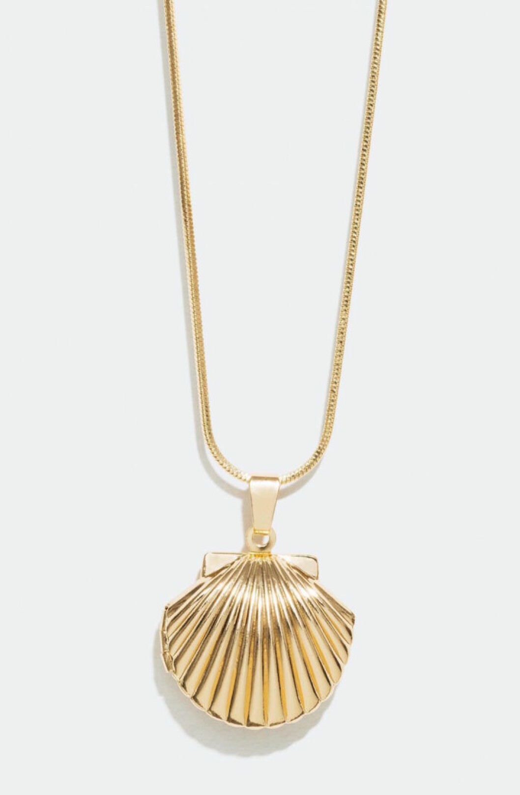 Guldfärgat halsband med snäckor