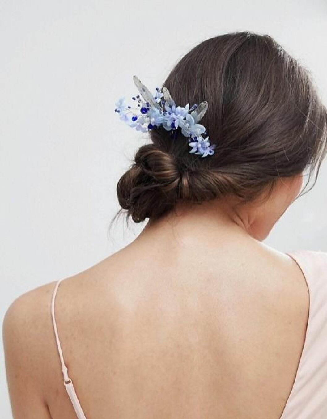 Hårspänne med blå blommor