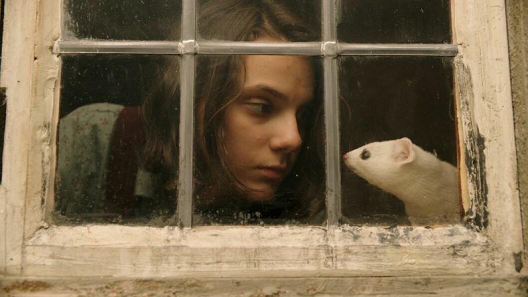 En bild på skådespelerskan Dafne Keen, som spelar Lyra i fantasyserien His Dark Materials på HBO.
