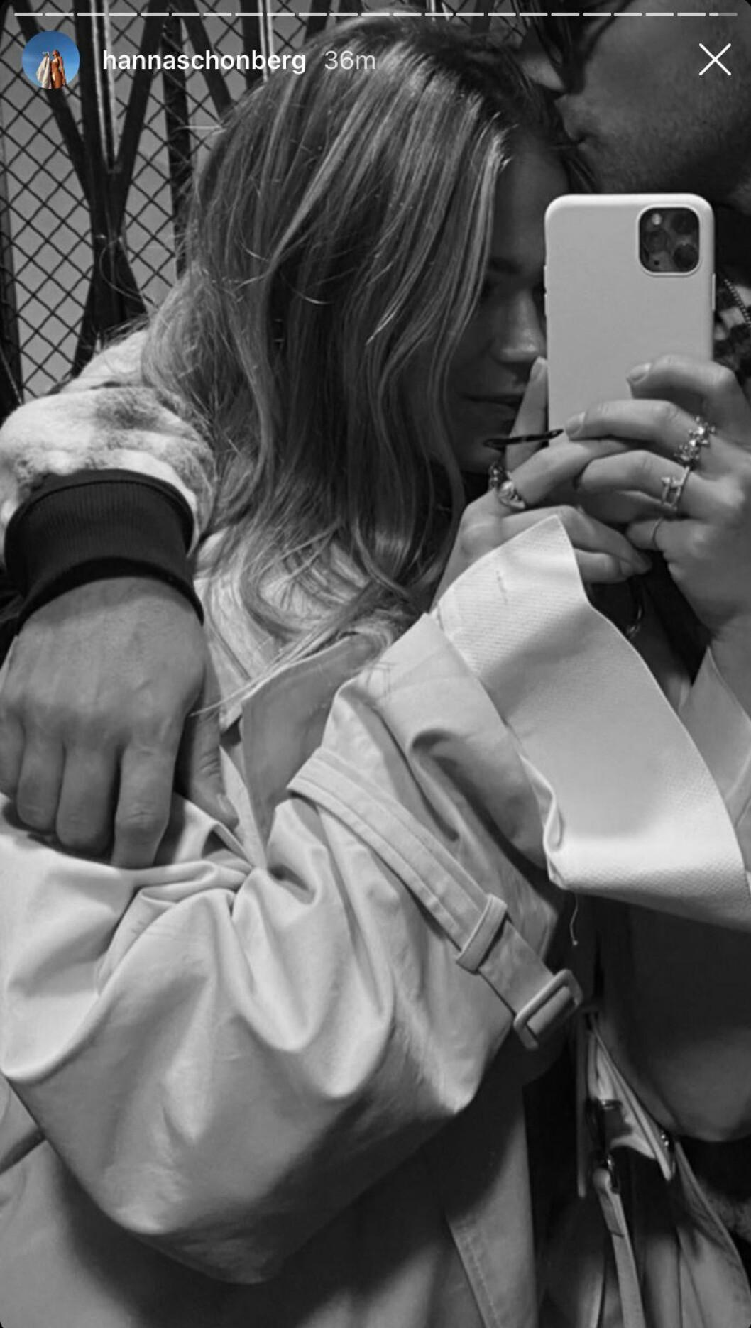 Eric Saade pussar Hanna Schönberg på pannan.