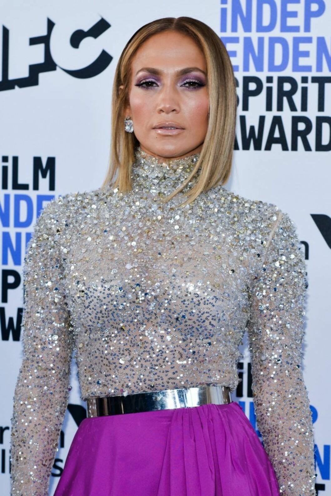 Jennifer Lopez i rakt hår och silver-glittrig överdel