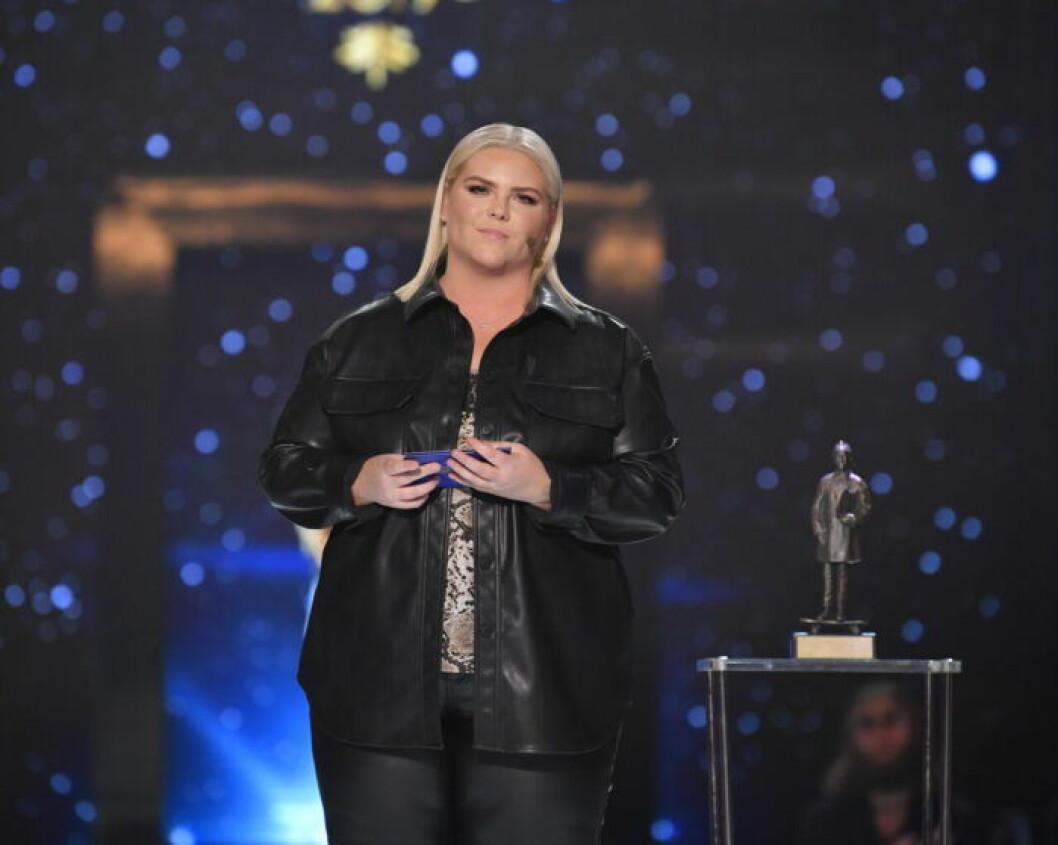 Johanna Nordström står på scenen