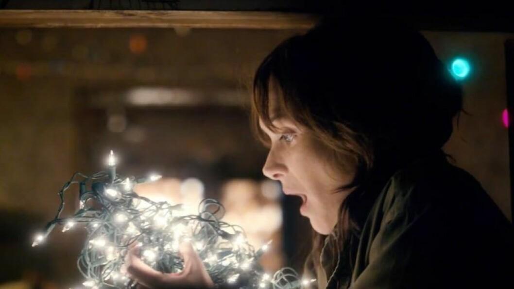 Joyce pratar med julbelysningen
