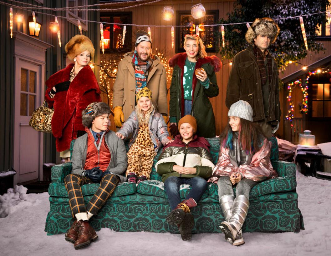 Skådespelarna som är med i årets julkalender, Storm på Lugna gatan, sitter i en soffa i snön.