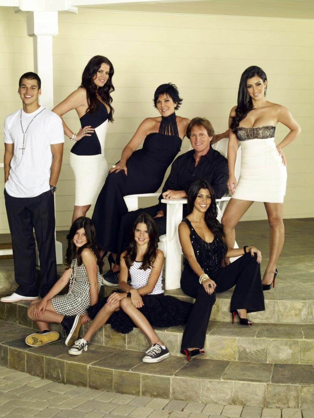 Hela familjen Kardashian/Jenner står och sitter i en trappa