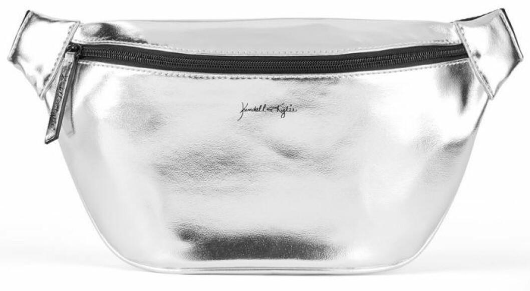 En bild på en magväska i silver från Kendall och Kylie Jenners väskkollektion för Walmart.